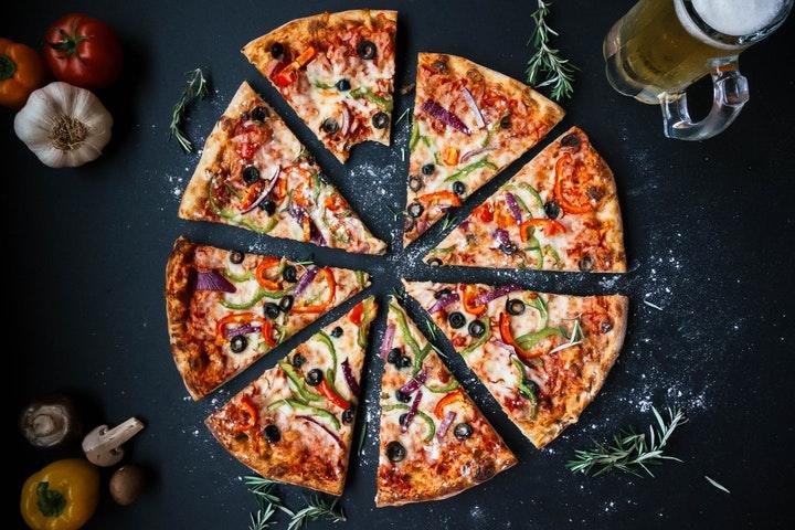 Oppskjært pizza på bordet.